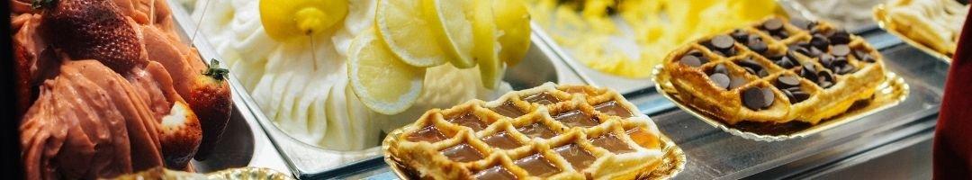 Eiscreme in Gastronormbehälter und Waffeln mit Schokolade