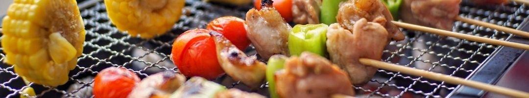 Bräter mit Mais, Tomaten und Fleischspieße