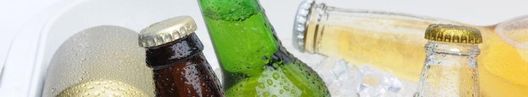Gekühlte Bierflaschen, Limoflaschen und Dosen auf Eis
