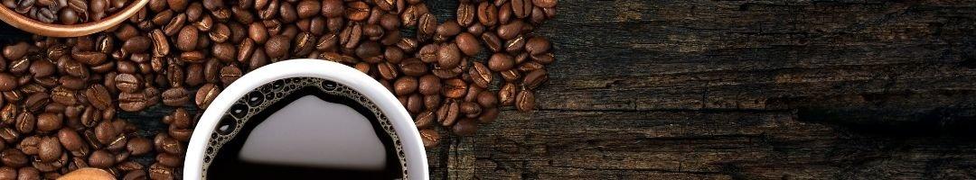 Kaffeebohnen und Kaffeetasse mit Kaffee