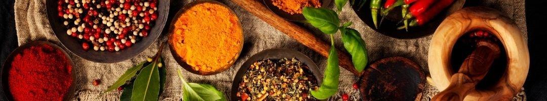 Paprikagewürz, Currypulver, Chilischoten und Pfefferkörner