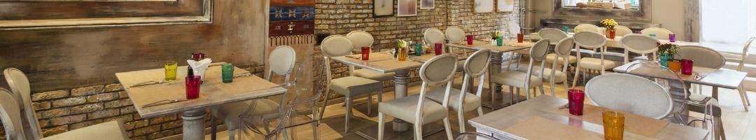 Restaurant mit weißen Stühlen und Tische