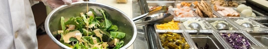 Saladette mit Gastornombehälter voll mit Zutaten für Salate