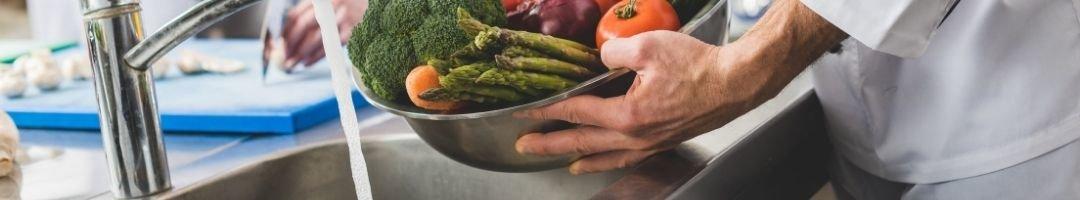 Gemüse in einer Schale, dass in einem Spültisch gewaschen...