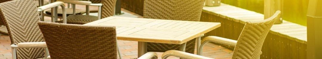 Tische mit vier Stühlen