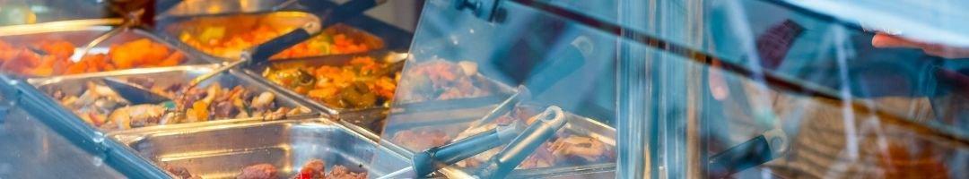 Warmhaltevitrine mit Speisen in Gastronormbehälter