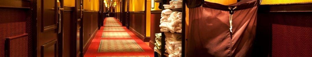 Zimmerservicewagen mit Handtüchern auf einem Hotelflur