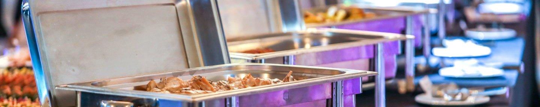 Buffet mit Chafing Dishes voll mit Speisen