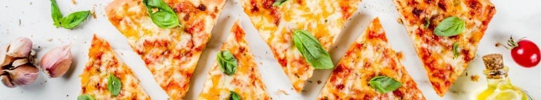 Pizzastücke mit Knochlauch, Tomaten und Basilikum