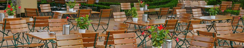 Biergarten mit Tische, Stühle und Blumen