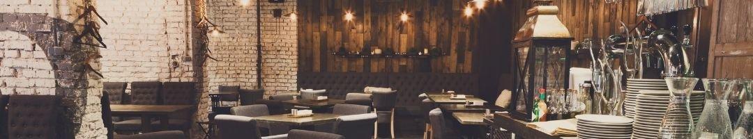 Restaurant mit Bänken, Stühlen, Tischen und Deko