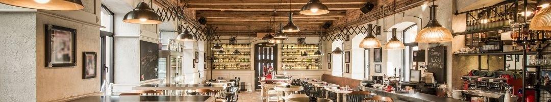Restaurant mit Tischen, Stühlen und eine Bar