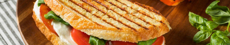 Gegrilltes Sandwich mit Tomaten und Mozzarella