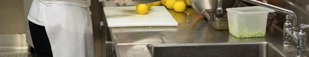 Spülcenter, auf dem Zitronen geschnitten werden
