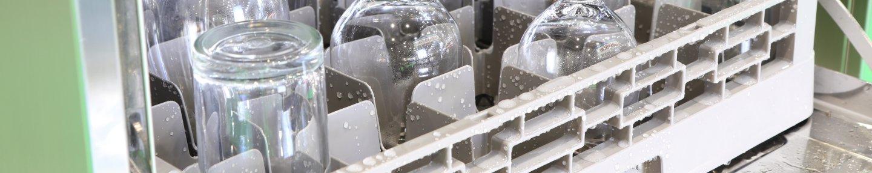 Spülkorb mit nassen Gläser