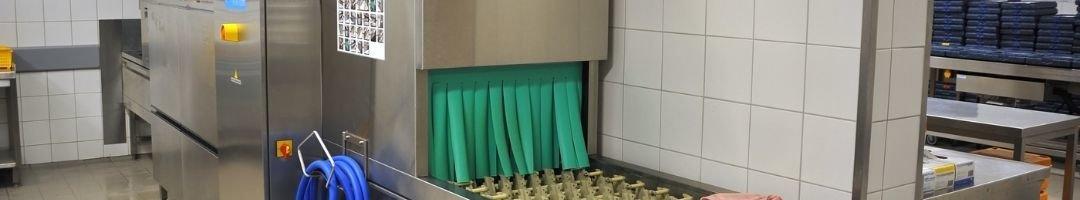 Spülmaschine mit Zulauftisch und Spültisch
