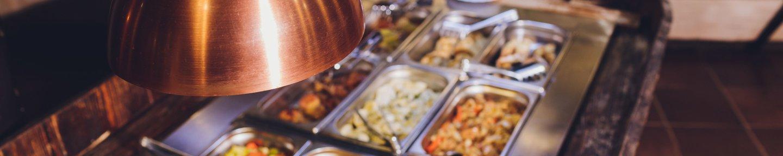 Buffetwärmelampe, die eine Buffetinsel mit Speisen wärmt
