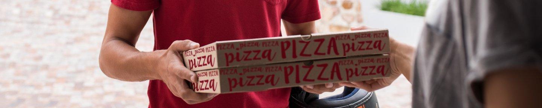 Lieferbote mit Pizzaboxen